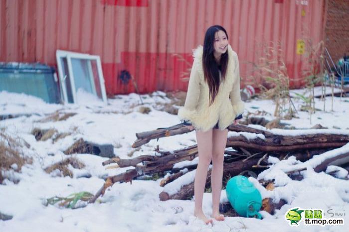 冰雪中的美女 鸡冻了一把