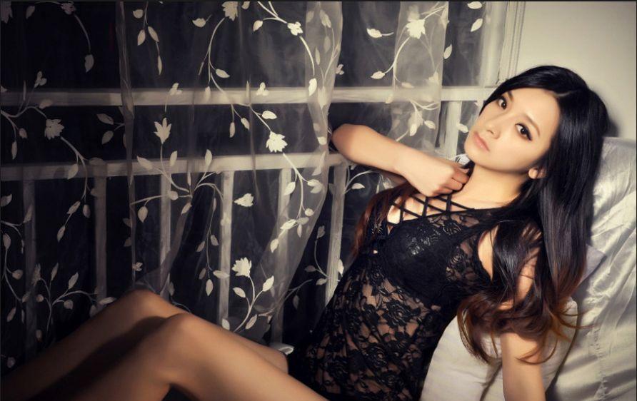 黑丝吊带性感妹妹床上疯狂自拍照