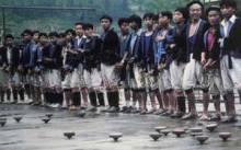 瑶族同胞在准备赛陀螺