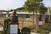 上海百老德育讲师团铜像