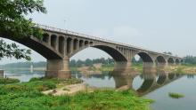 流经安陆府城的府河(图上部为老府河大桥)