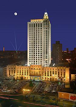 酒店地理位置优越,交通便利,各项服务设施齐全,采用新古典欧式建筑