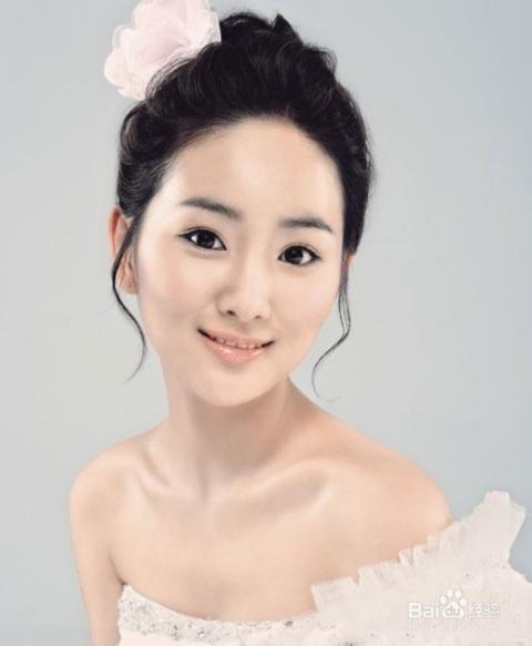 简单的韩式盘发时尚活泼,在发包上别一精致的小花,美丽的新娘发型简约图片