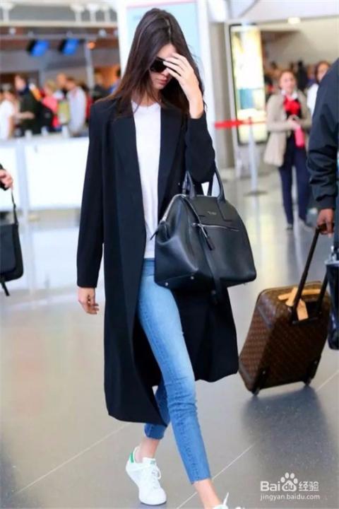 白色上衣搭配牛仔裤,简约舒适,外搭黑色长款大衣,在配上一双运动鞋,一图片