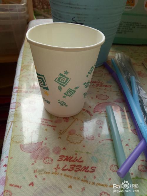 母婴/教育 > 育儿  1 首先我们来制作花篮外面的篮子,首先取出纸杯,在图片