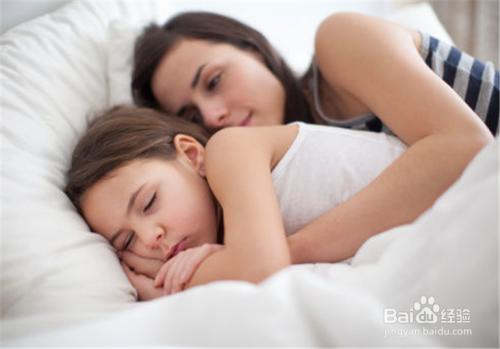 爸爸上正在熟睡的女儿