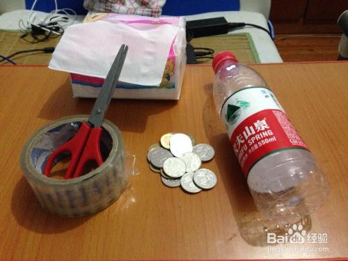 废弃矿泉水瓶巧做存钱罐图片