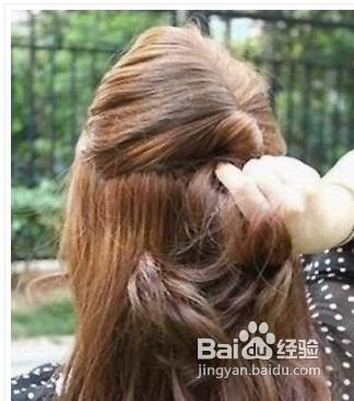 话可以先用卷发棒对头发进行电卷处理,稍微在发尾部分烫卷就可以了.图片