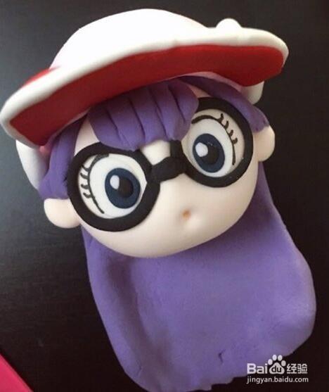 > 手工艺  1 首先用黏土做一个阿拉蕾的脸,然后是用紫色黏土做刘海图片
