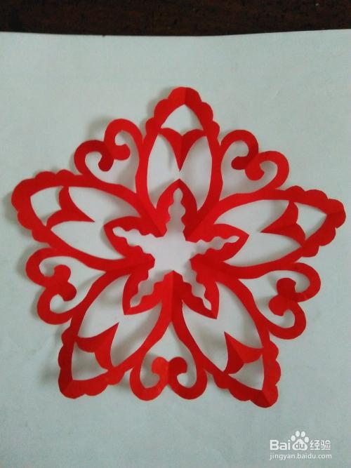 种五星花窗花的剪纸方法,首先我们得会把彩纸折成五边形,五边形的