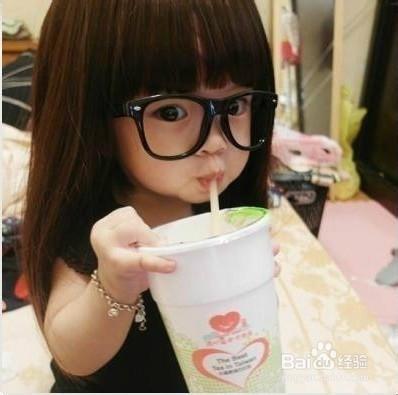 美女手捧一杯奶茶