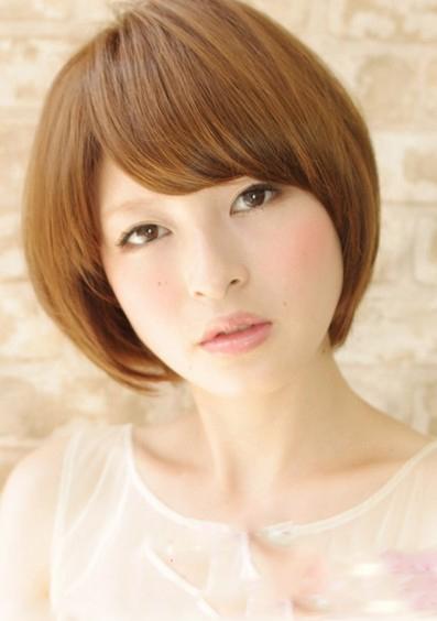 2013瘦脸短发发型图片 内扣刘海修颜减龄立显时尚图片