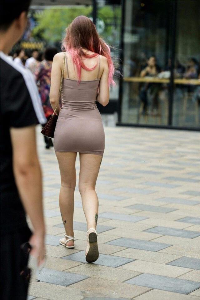 街拍穿包臀短裙的外国妹子,大腿上的纹身看了很多次都没有看清!图片