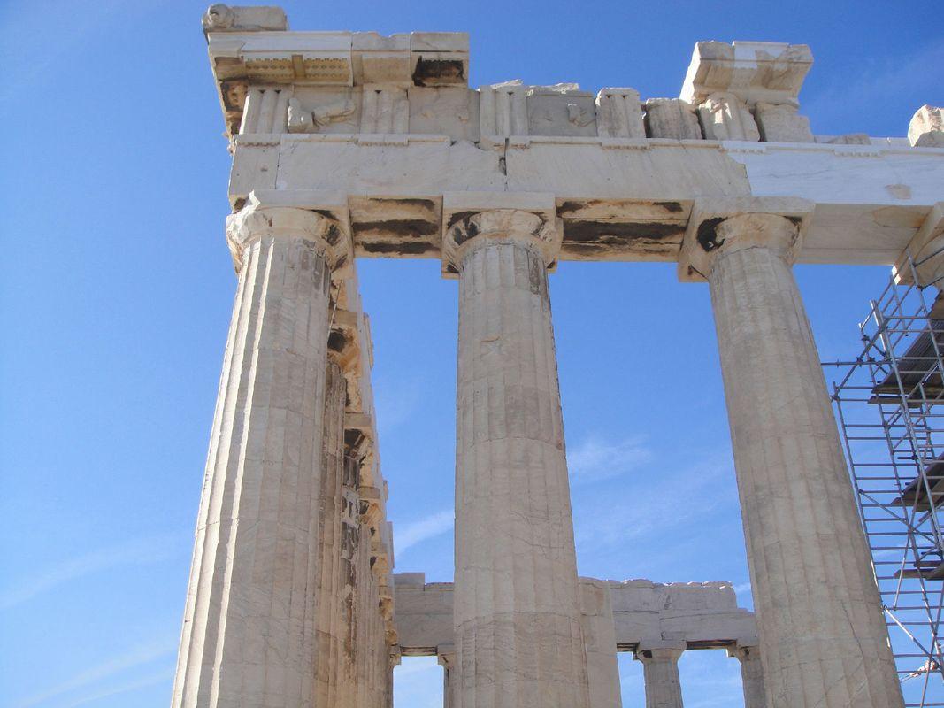 历经几千年,卫城的大理石建筑仍然整洁挺拔,石柱一般都是多立克柱式图片