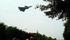 歼-20加速试飞 超低空掠过马路看呆路人!