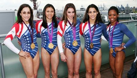 体操女神拍泳装秀性感 肌肉线条诠释力量之美