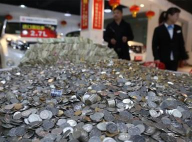 男子用卡车拉1吨1元硬币买宝马
