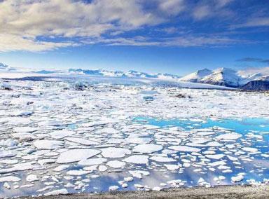 游客无视警示信号在冰块上行走