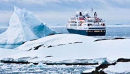 航拍南极冰架出现巨型裂缝 88名科学家被迫撤离