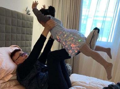 陈赫晒爸爸与女儿日常 安安扎双辫活泼可爱
