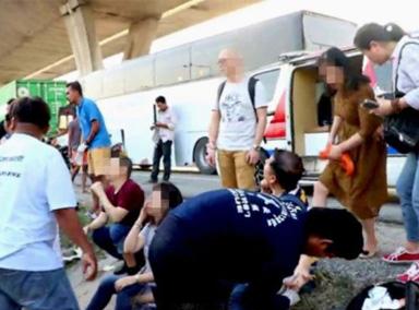 泰国一旅游大巴发生追尾事故