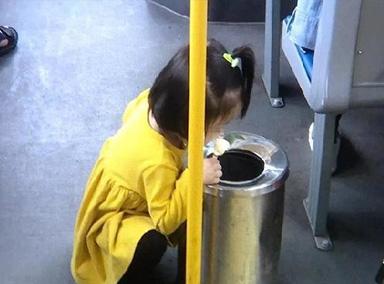 2岁娃怕雪糕滴落蹲垃圾筒旁吃