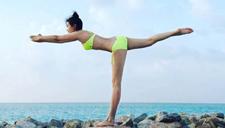 李冰冰穿比基尼海边练瑜伽 好身材美哭了