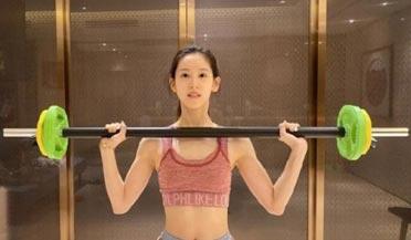 章泽天举铁秀肌肉