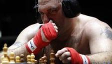 奇葩拳击赛下象棋 热血拳手一秒变安静美男子