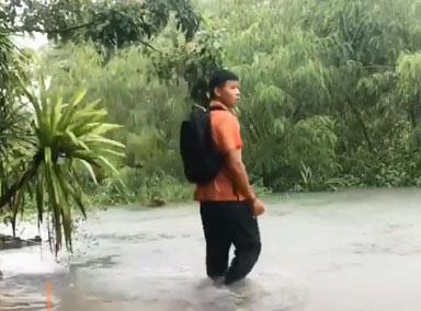 泰国小哥背书包游泳上学