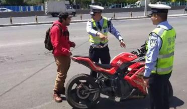 交警执法飙英文讲交通规则