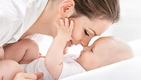 宝宝沉迷妈妈容颜无法自拔 连动画片都不看了