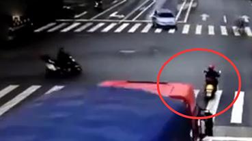 恐怖!监拍货车失控撞碎摩托车 车身翻滚十几米