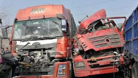 中国交通事故合集:眼看着货车过来还要挤