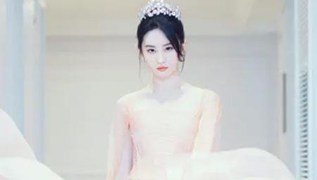 刘亦菲穿粉色丝裙戴皇冠