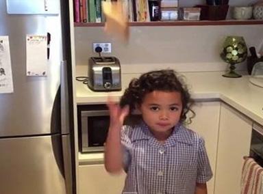 """澳洲6岁女童身怀""""后抛神技"""""""