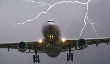 实拍俄罗斯客机600米高空连遭雷击