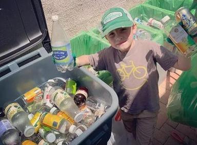 小男孩靠垃圾分类走上人生巅峰