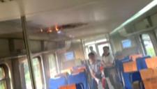 实拍北京机场线列车顶部起火冒烟 一度全线停运