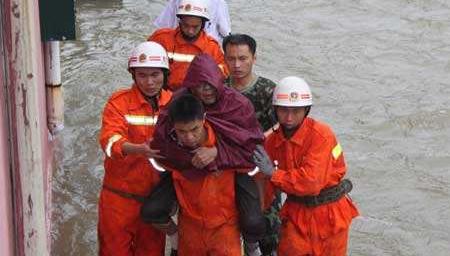 点赞!96岁瘫痪老人被洪水围困 消防队员将其背出