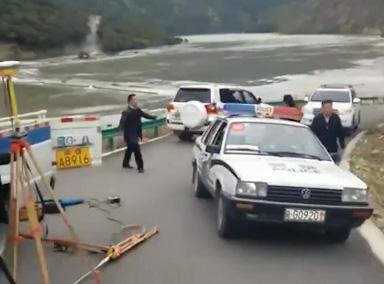 雅鲁藏布江堰塞湖现场惊险一幕