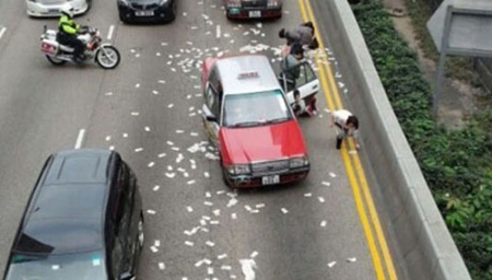 运钞车掉下约200万钞票 市民吓得连忙报警