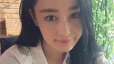 张馨予穿白衬衫显清纯 抿嘴自拍笑容甜美