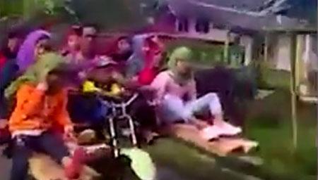 印度农村摩托车带8人 惊呆路边游客