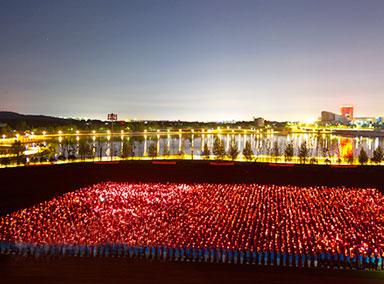 高校5千名新生合唱《红旗飘飘》