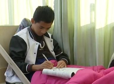 """16岁""""瓷娃娃""""骨折后带病床上课"""