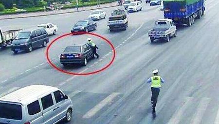 网约车司机逆行拒配合检查 竟拖行民警数百米