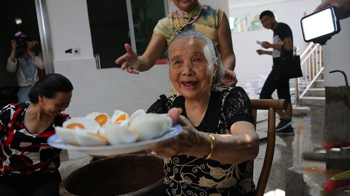 八旬农村奶奶开网店卖咸鸭蛋 一年利润百万
