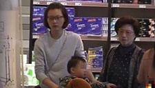董卿抱娃商场购物被拍 保姆推婴儿车跟随