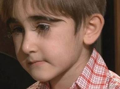 俄罗斯11岁男孩 睫毛长达4.3厘米